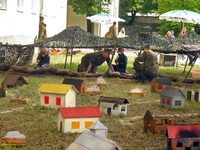Kinder schießen auf Mini-Gebäude