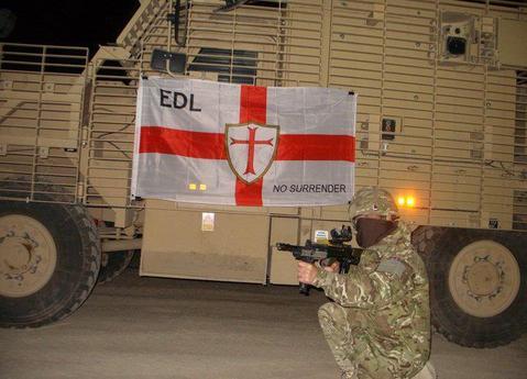 EDL posiert in Waffen